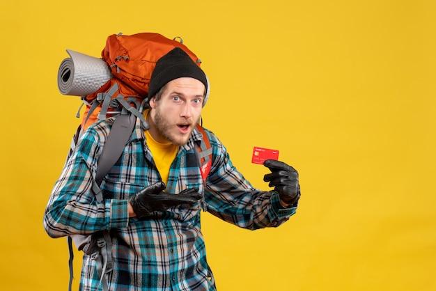 Jeune Campeur Avec Backpacker Holding Bank Card Photo gratuit