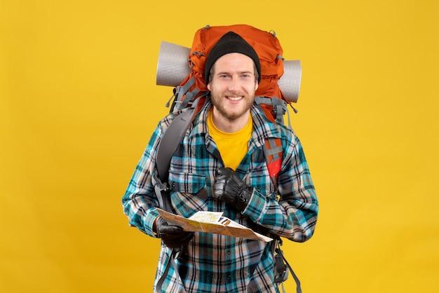 Jeune campeur avec black hat holding map