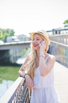 Jeune caucasien beau longs cheveux blonds caucasien femme