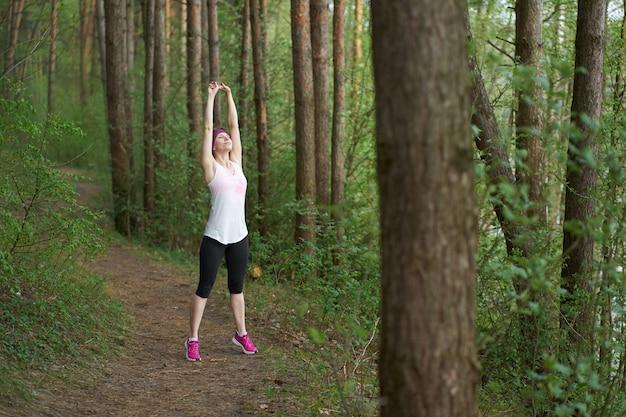 Jeune, caucasien, femme, dans, sport, tenue, stratching, avant, faire jogging, dans, forêt
