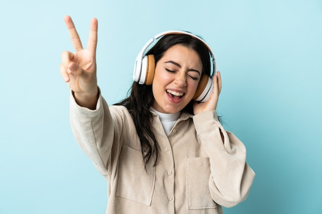 Jeune, caucasien, femme, isolé, écoute, musique, et, chant