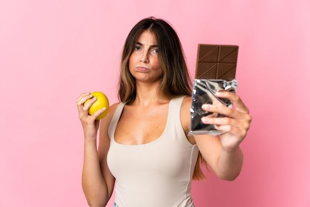 Jeune, caucasien, femme, isolé, prendre, a, tablette chocolat