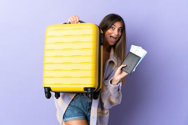 Jeune, caucasien, femme, isolé, à, valise