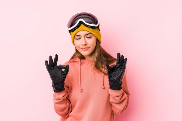 Jeune, caucasien, femme, porter, ski, vêtements, délassant