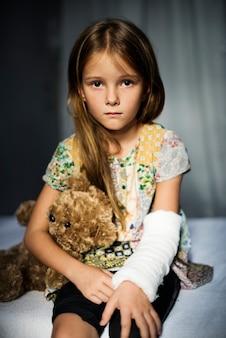 Jeune, caucasien, fille, à, bras cassé, dans, plâtre