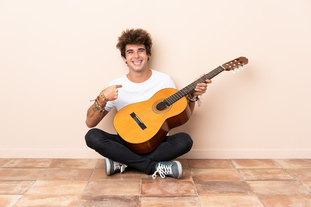 Jeune, caucasien, guitare, séance, plancher, surprise, facial, expression