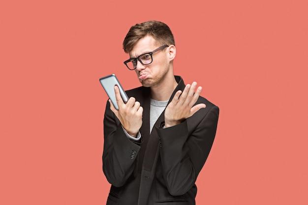 Jeune, caucasien, homme affaires, sur, rouges, conversation, téléphone portable