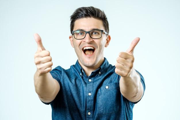 Jeune, caucasien, lunettes, projection, pouces haut