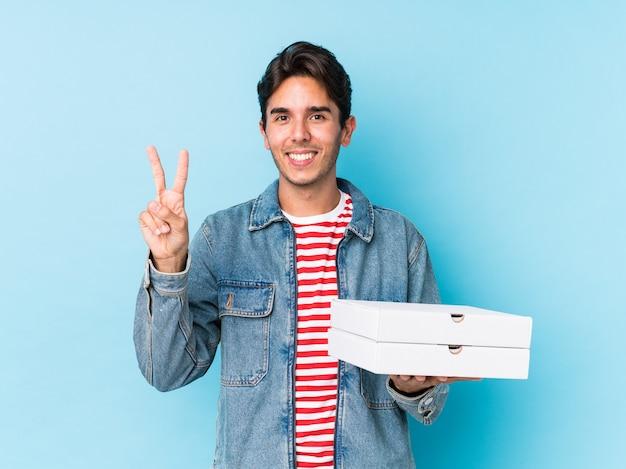 Jeune, caucasien, tenue, pizzas, isolé, projection, numéro deux, doigts