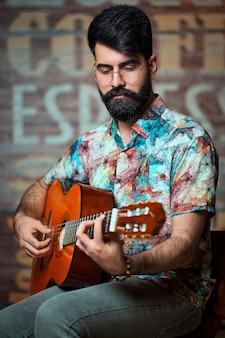 Jeune chanteuse jouant de la guitare dans un café