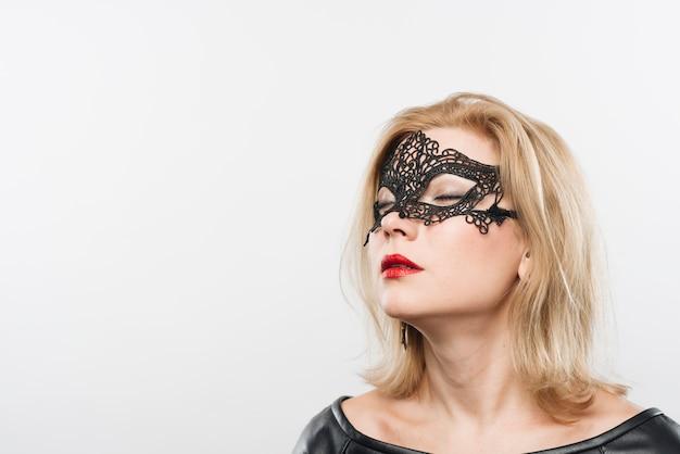 Jeune charmante femme blonde en masque