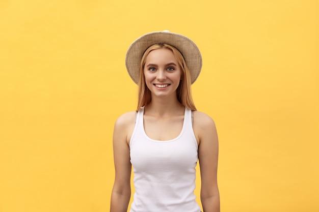 Jeune charmante femme blonde avec visage ému heureux en regardant la caméra