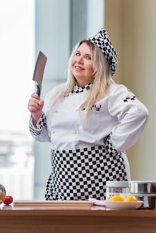 Jeune chef cuisinier travaillant dans la cuisine