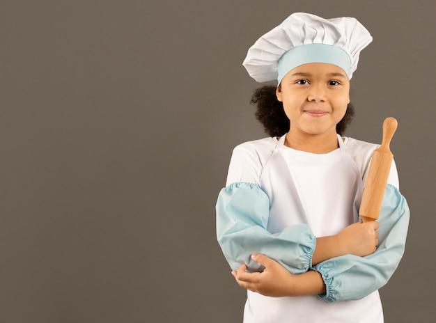 Jeune chef, tenue, rouleau pâtisserie