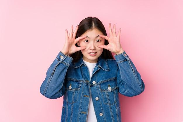 Jeune, chinois, femme, poser, rose