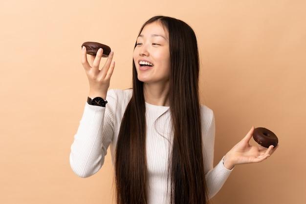 Jeune, chinois, femme, tenue, beignets, heureux, expression