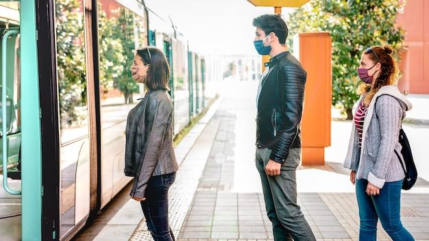 Jeune citoyen en attente en ligne pratiquant la distanciation sociale à la gare routière