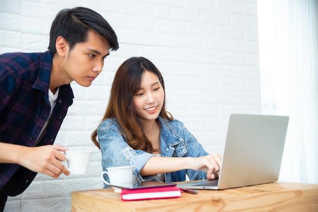 Jeune collègue travaillant avec une start-up