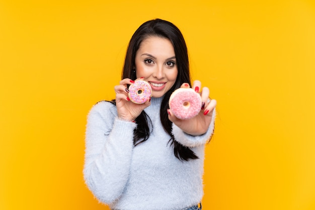 Jeune, colombien, girl, tenue, beignets, heureux, expression