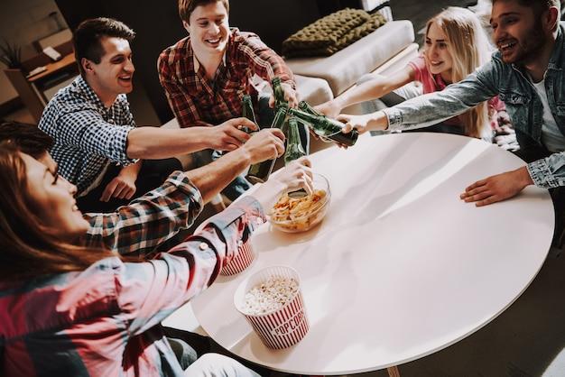 Jeune compagnie, cliquetement, bouteilles bière, parti