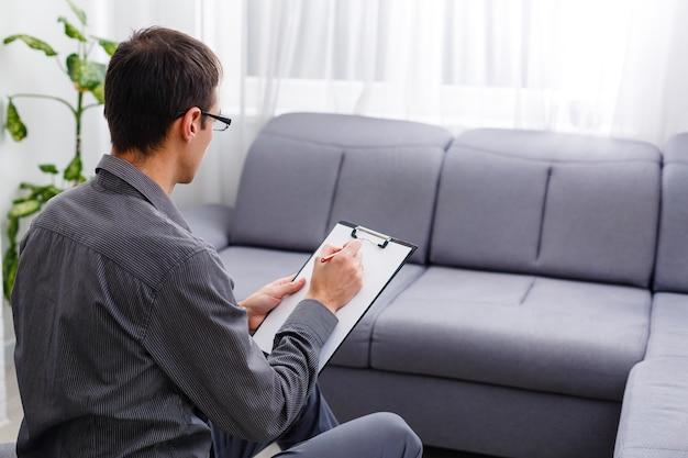 Jeune conseiller confiant avec stylo et document expliquant quelque chose à son patient pendant