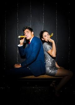 Jeune couple avec accessoires fan jaune