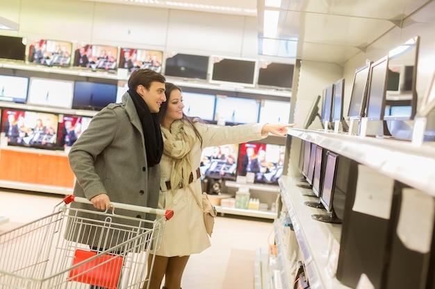 Jeune couple, achats, électronique