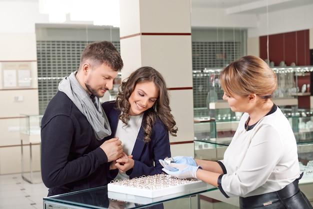 Jeune couple achetant des bijoux
