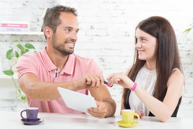 Un jeune couple achetant sur internet