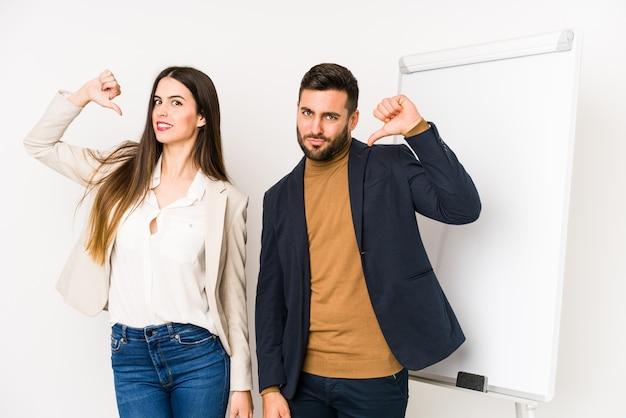Jeune couple d'affaires caucasien isolé se sent fier et confiant, exemple à suivre.