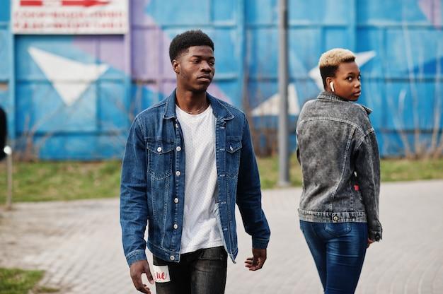 Jeune couple africain millénaire en ville. heureux amis noirs en vestes de jeans. concept de génération z.