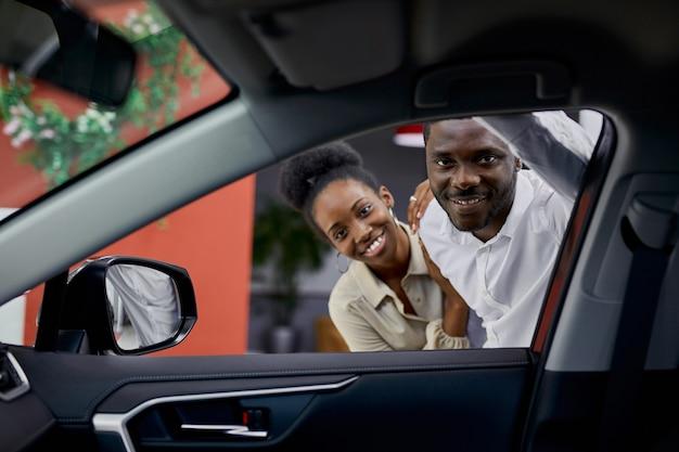Jeune couple africain s'intéresse à l'automobile