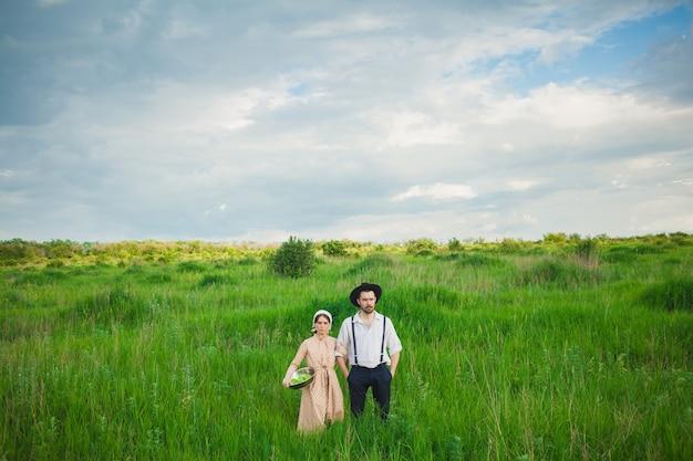 Jeune couple d'agriculteurs sur le terrain.