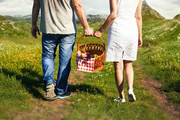 Jeune couple, aller, à, panier pique-nique