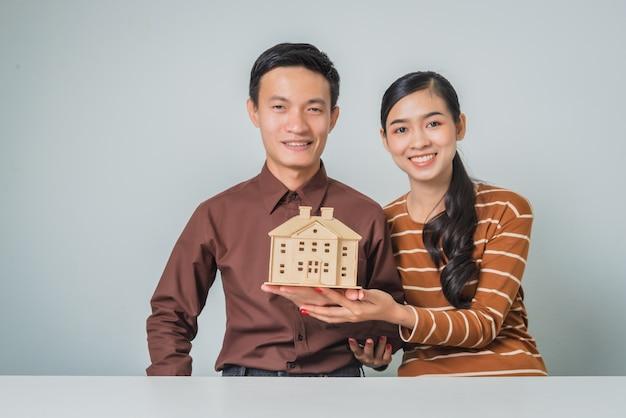 Jeune couple, amant, asiatique, tenue, maison bois