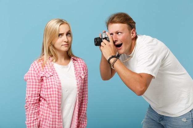 Jeune couple amis gars et femme en t-shirts blancs vides roses blancs posant