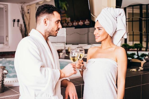 Jeune couple d'amoureux au centre de spa