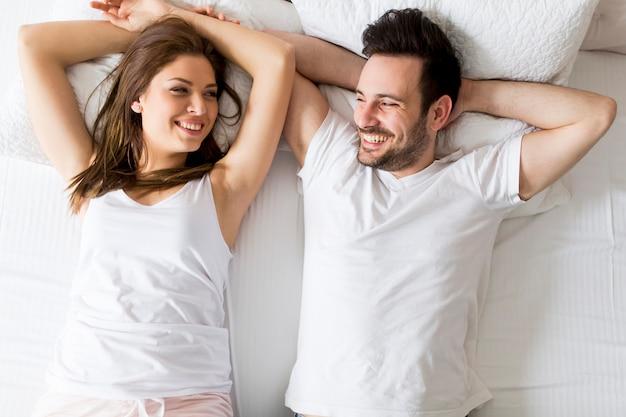 Jeune couple d'amoureux au lit