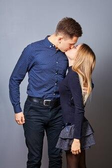 Jeune couple amoureux bisous dans un dortoir d'université.