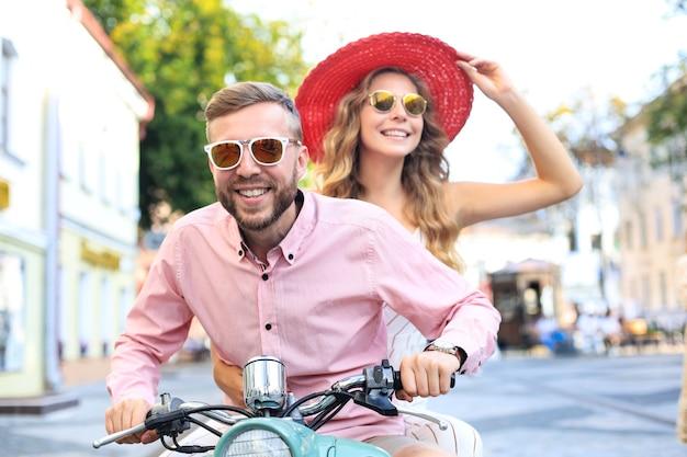 Jeune couple amoureux conduisant une moto. les cavaliers s'amusent en voyage. concept d'aventure et de vacances.