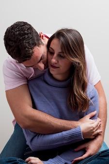 Jeune couple amoureux embrassant