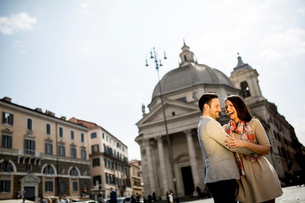 Jeune couple d'amoureux étreindre posant devant le panthéon à rome