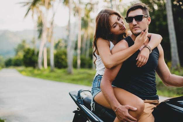 Jeune couple amoureux, faire de la moto
