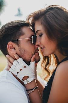 Jeune couple amoureux gros plan