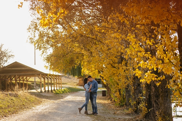 Jeune couple amoureux une histoire d'amour dans le parc forestier d'automne
