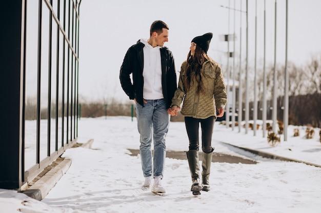 Jeune couple amoureux marchant en hiver