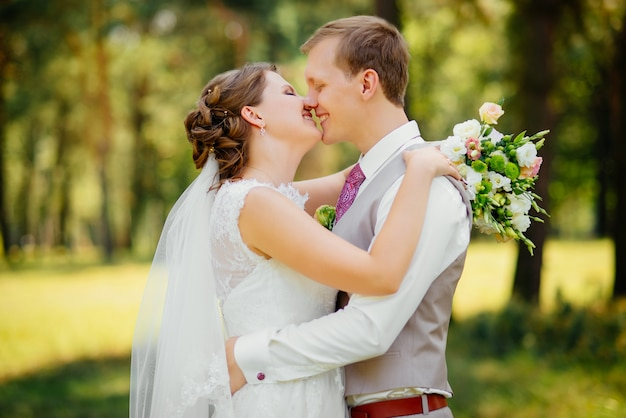 Jeune couple amoureux, marié et mariée en robe de mariée à la nature. mariage.