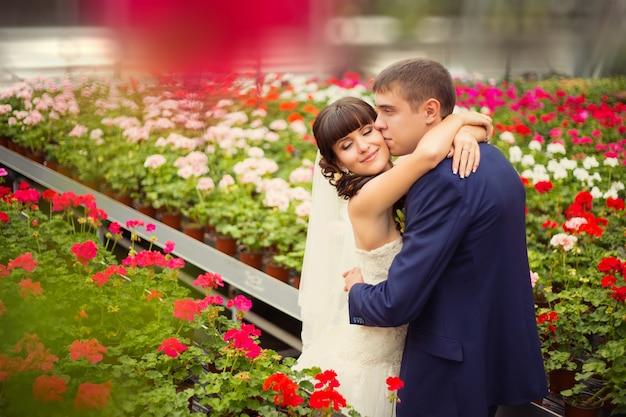 Un jeune couple amoureux des mariés, le jour du mariage en été