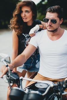 Jeune couple amoureux sur une moto