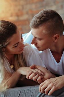 Jeune couple amoureux passer du temps ensemble. belle femme et bel homme ayant des moments intimes à la maison
